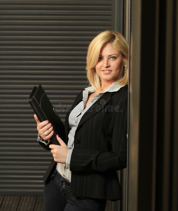 Ung kontorskvinna royaltyfri bild