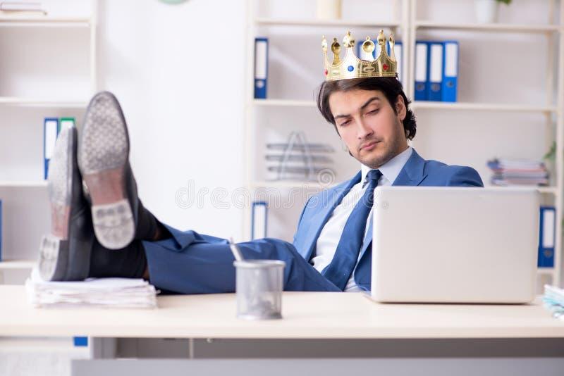 Ung konungaff?rsman som arbetar i kontoret royaltyfri foto