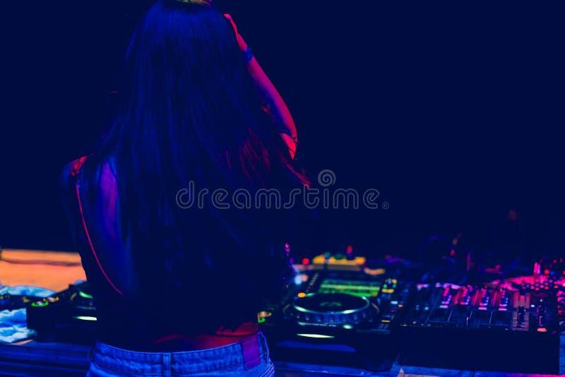 Ung kvinna Dj som spelar musik på nattfestivalen Gyckel-, ungdom-, underhållning- och festbegrepp royaltyfria foton