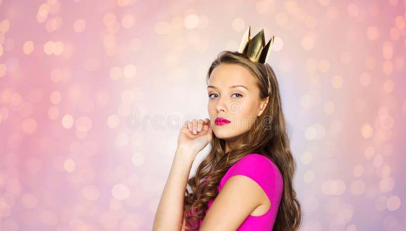 Ung kvinna eller tonårig flicka i prinsessakrona arkivfoton