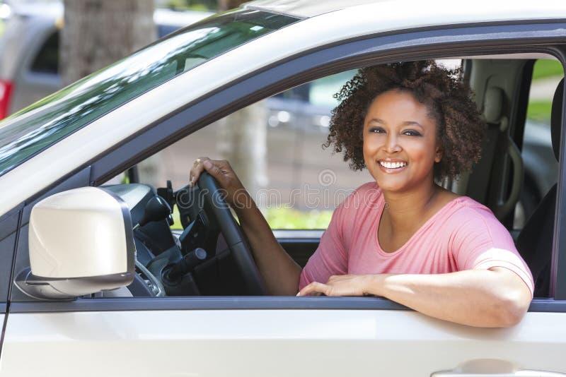 Ung kvinna för afrikansk amerikanflicka som kör bilen royaltyfri bild