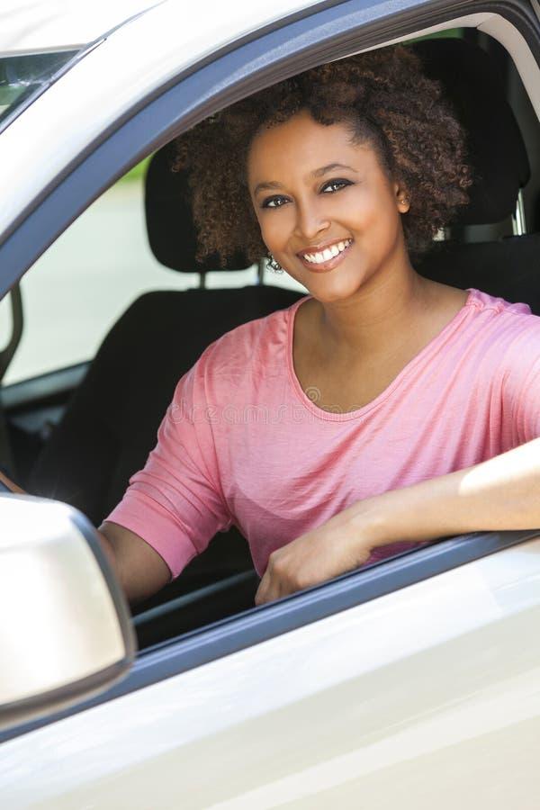 Ung kvinna för afrikansk amerikanflicka som kör bilen royaltyfria bilder