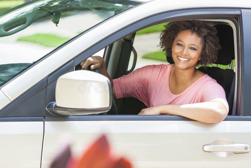 Ung kvinna för afrikansk amerikanflicka som kör bilen fotografering för bildbyråer