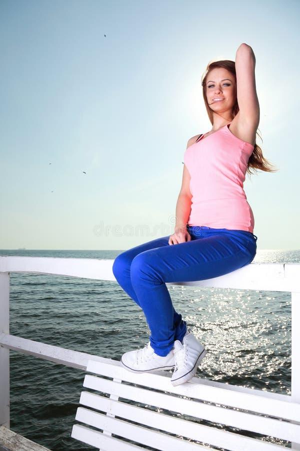 Ung kvinna för attraktiv flicka som ser havet fotografering för bildbyråer