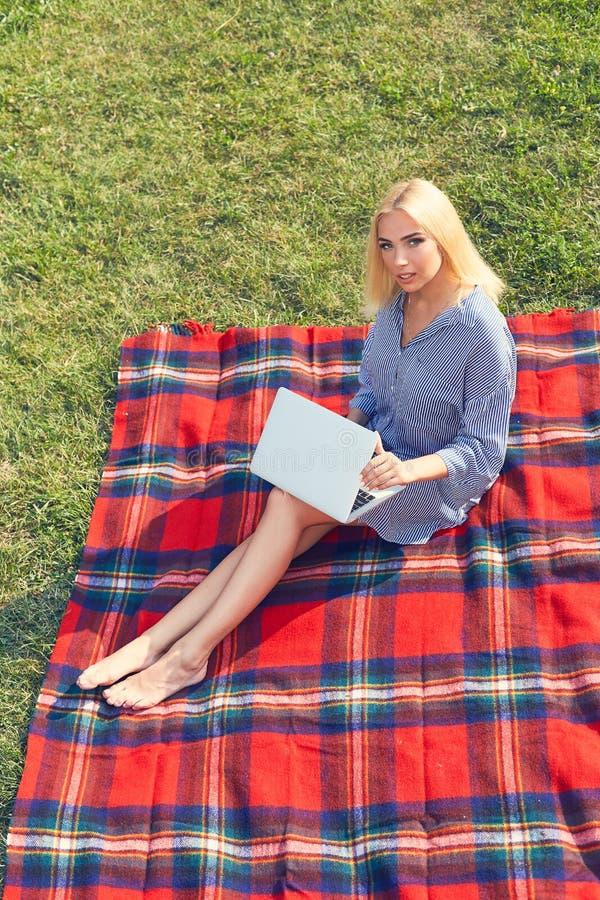 Ung kvinna för bästa sikt med bärbara datorn utomhus arkivfoton