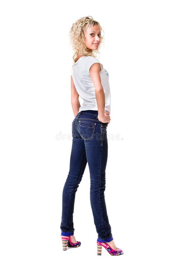 Ung kvinna för full kropp i tillfällig kläder som isoleras över en vit arkivfoton
