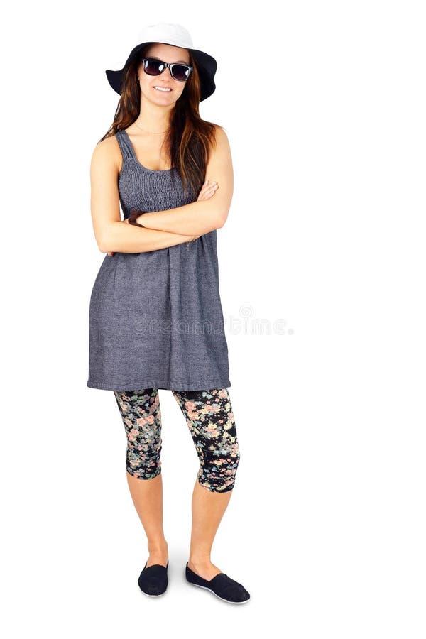 Ung kvinna för full kropp som tycker om sommar på vit