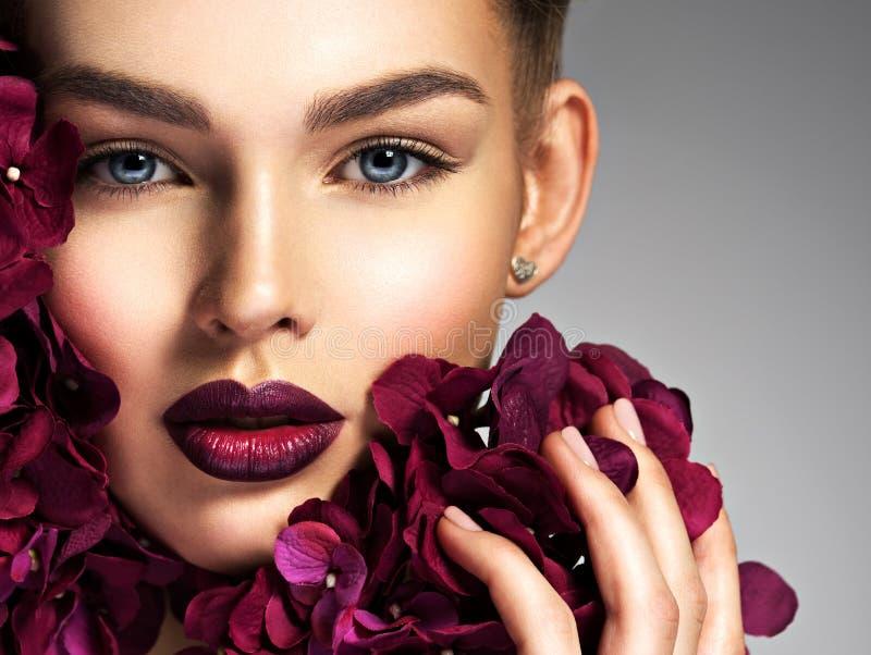 Ung kvinna för glamour med blommor arkivbild