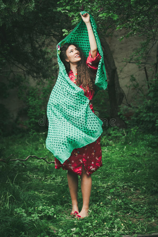 Ung kvinna för härlig playfull i trädgård arkivbilder