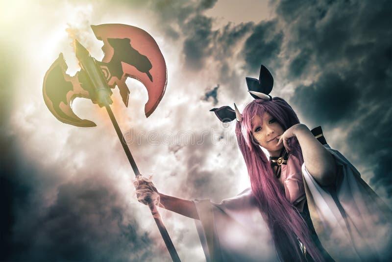 Ung kvinna för jäkel med spjuthögaffeln, helvetedemon i molnig himmel royaltyfria bilder