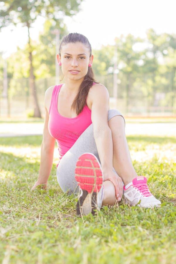 Ung kvinna för kondition som gör sträcka övningar royaltyfri fotografi