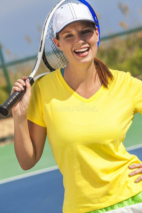 Ung kvinna för lycklig flicka som spelar tennis fotografering för bildbyråer