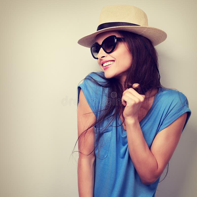 Ung kvinna för lycklig njutning, i att posera för för solexponeringsglas och hatt Vinta arkivbilder