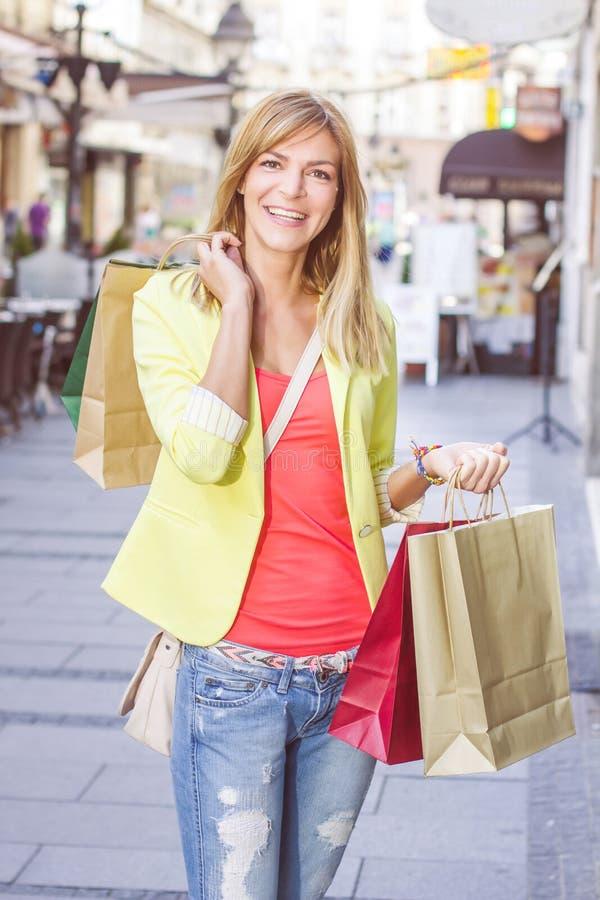 Ung kvinna för lycklig shopping arkivbild