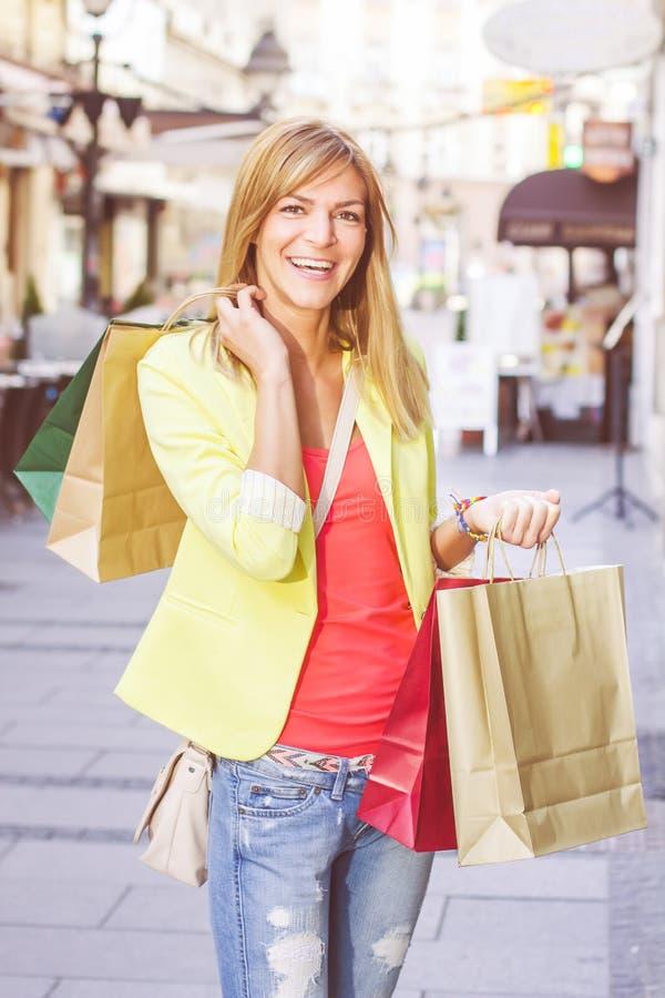 Ung kvinna för lycklig shopping arkivbilder