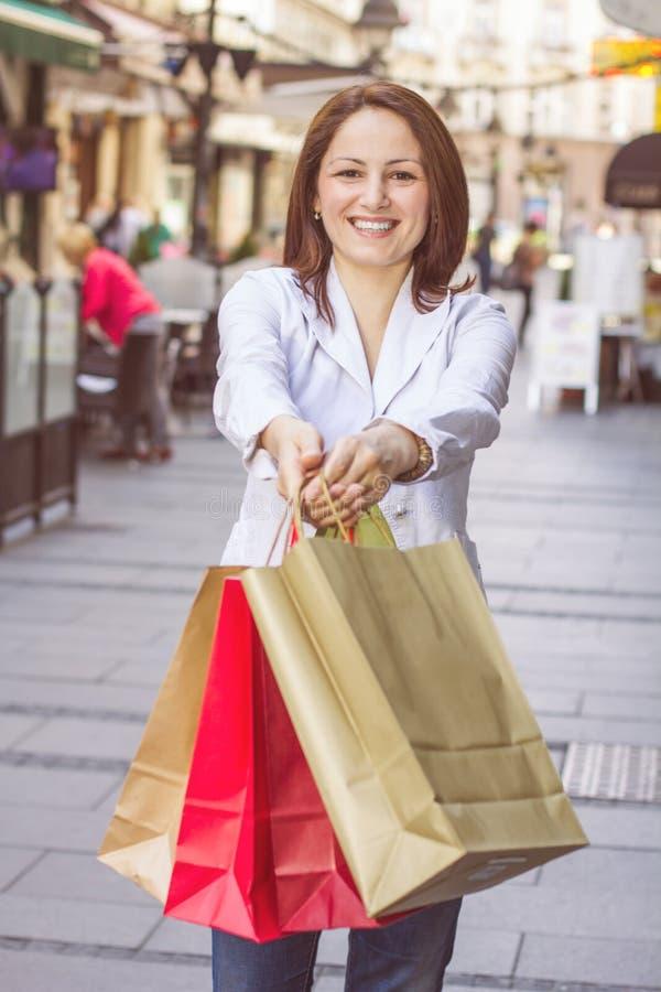 Ung kvinna för lycklig shopping royaltyfria bilder