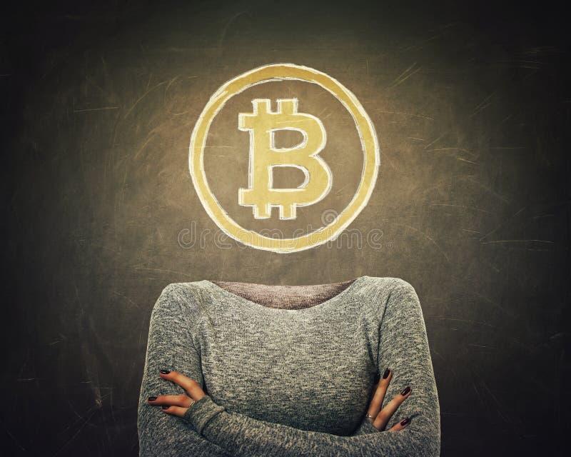 Ung kvinna för overklig bild med korsat armss och bitcoinsymbol i stället för huvudet som dras över svart tavlabakgrund modernt stock illustrationer