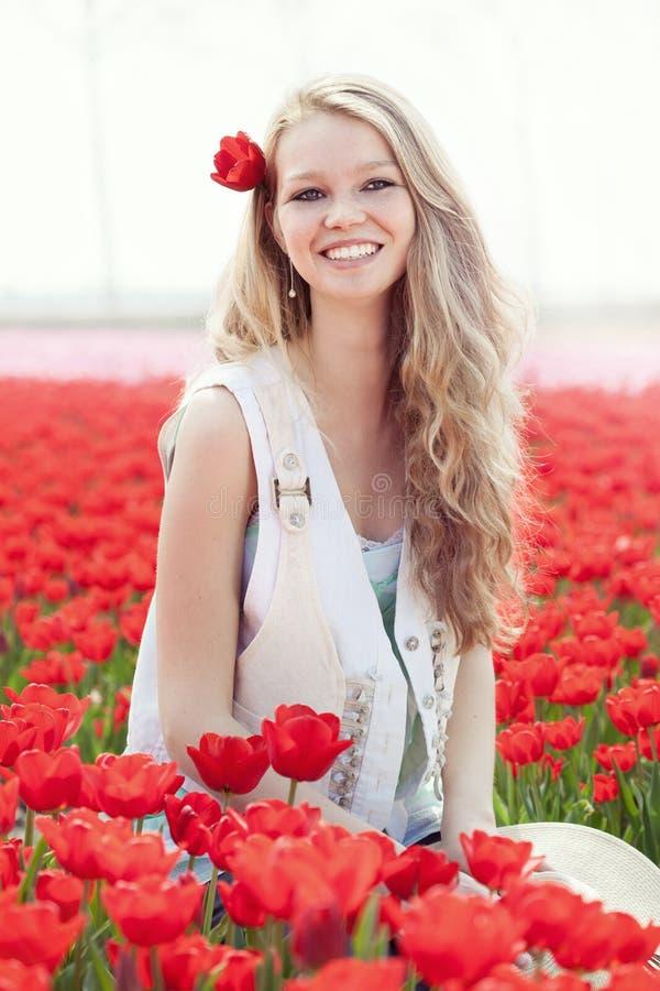 Ung kvinna för skönhet med blommatulpan royaltyfri bild