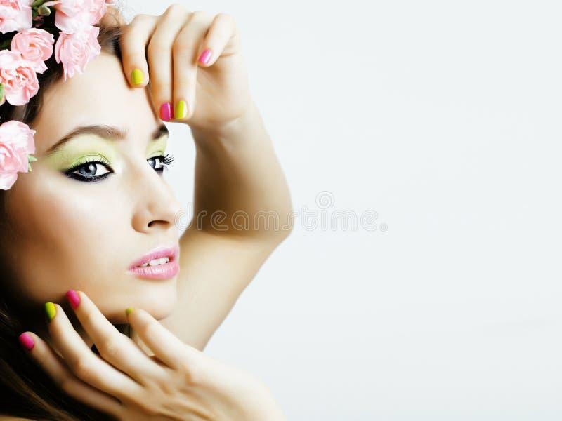 Ung kvinna för skönhet med blommor och för övre för smink nära blom- rosa manikyr verklig flicka för vårskönhet royaltyfri foto