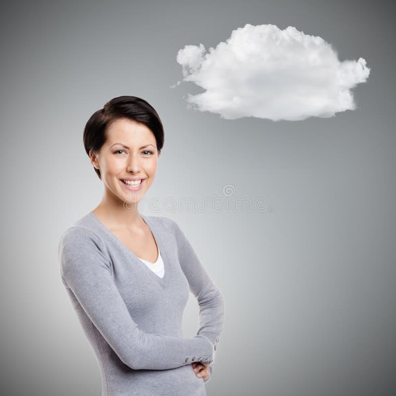 Ung kvinna för Smiley med molnet fotografering för bildbyråer