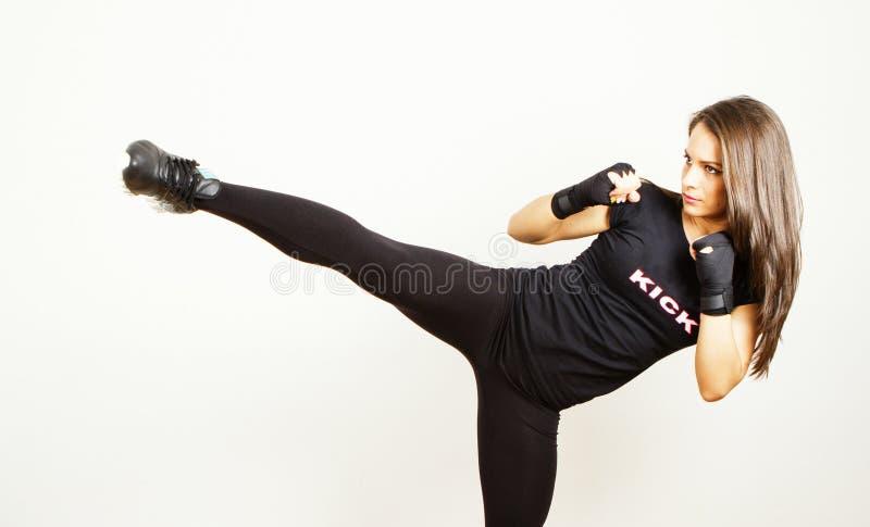 Ung kvinna för sparkboxning fotografering för bildbyråer