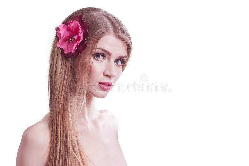 Ung kvinna före och efter ett besök till en skönhetsalong arkivbilder