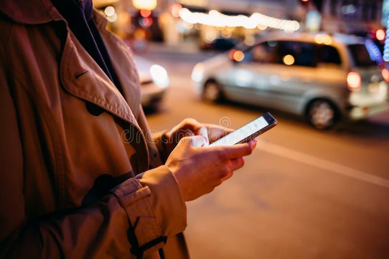 Ung kvinna f?r n?rbild som anv?nder den smarta telefonen royaltyfri foto