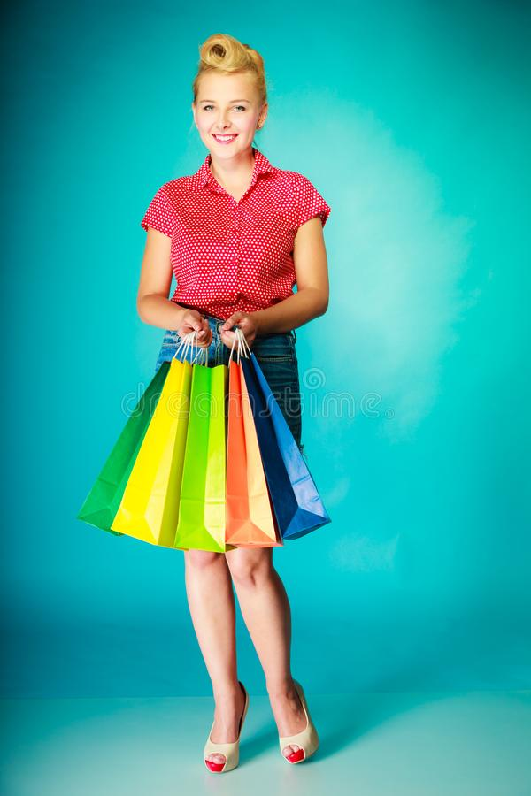 Ung kvinna f?r Retro tappning med shoppingp?sar royaltyfri fotografi