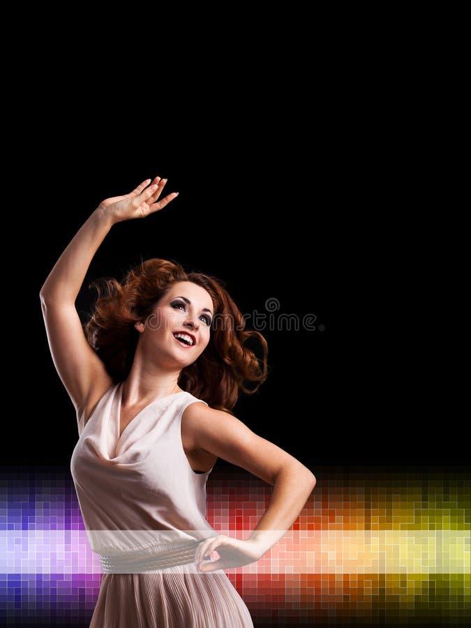 Ung kvinna framme av en klubbabakgrund royaltyfria bilder