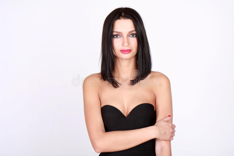 Ung kvinna i axelbandslös klänning arkivbilder