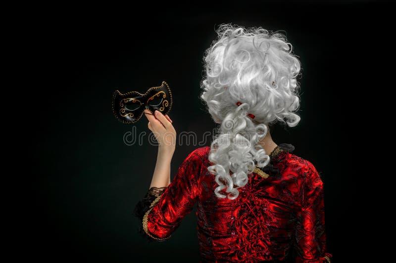 Ung kvinna i barock custume royaltyfri foto