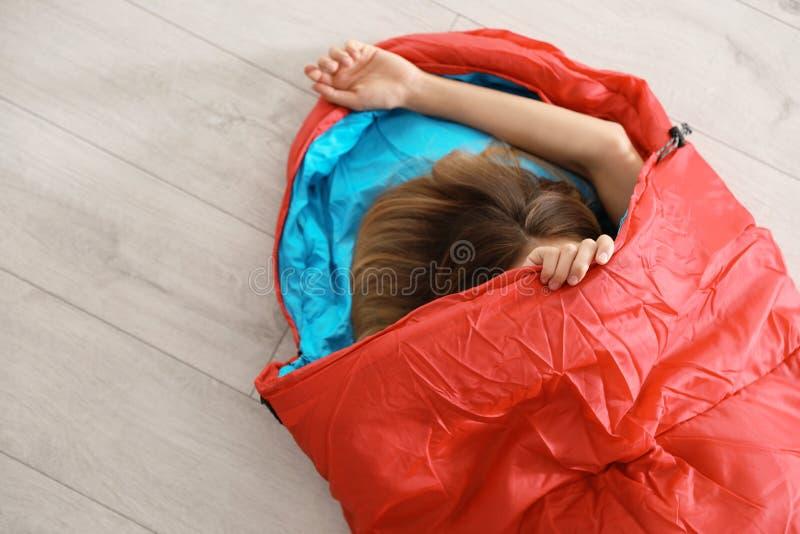 Ung kvinna i bekväm sovsäck arkivbilder