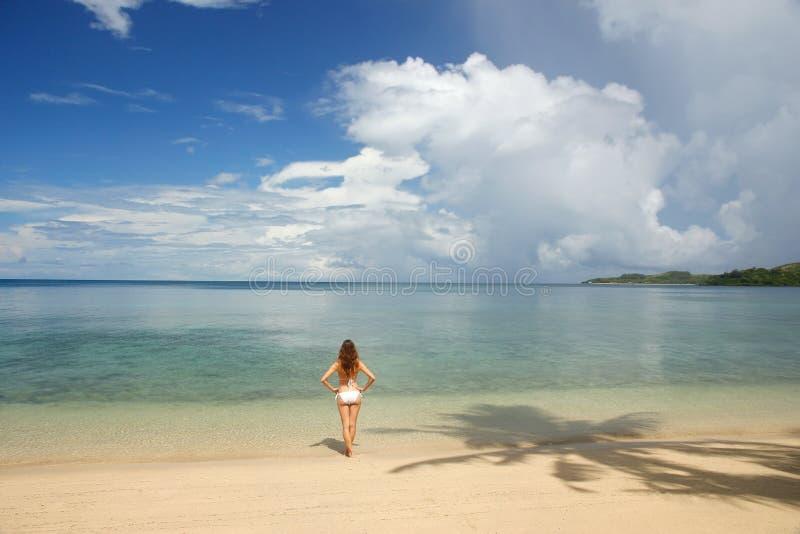 Ung kvinna i bikinianseendet på en tropisk strand, Nananu-jag-rommar royaltyfri foto