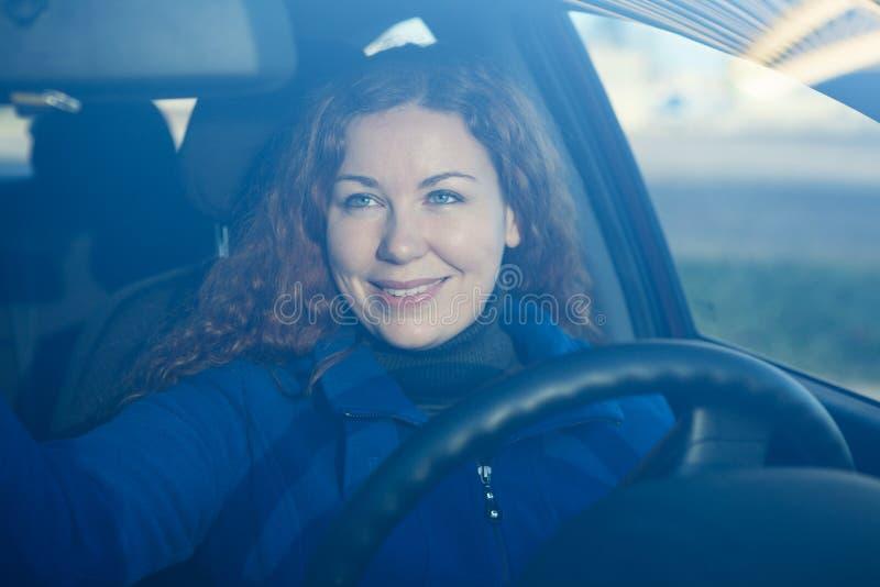 Ung kvinna i bilen som förbereder sig till körning