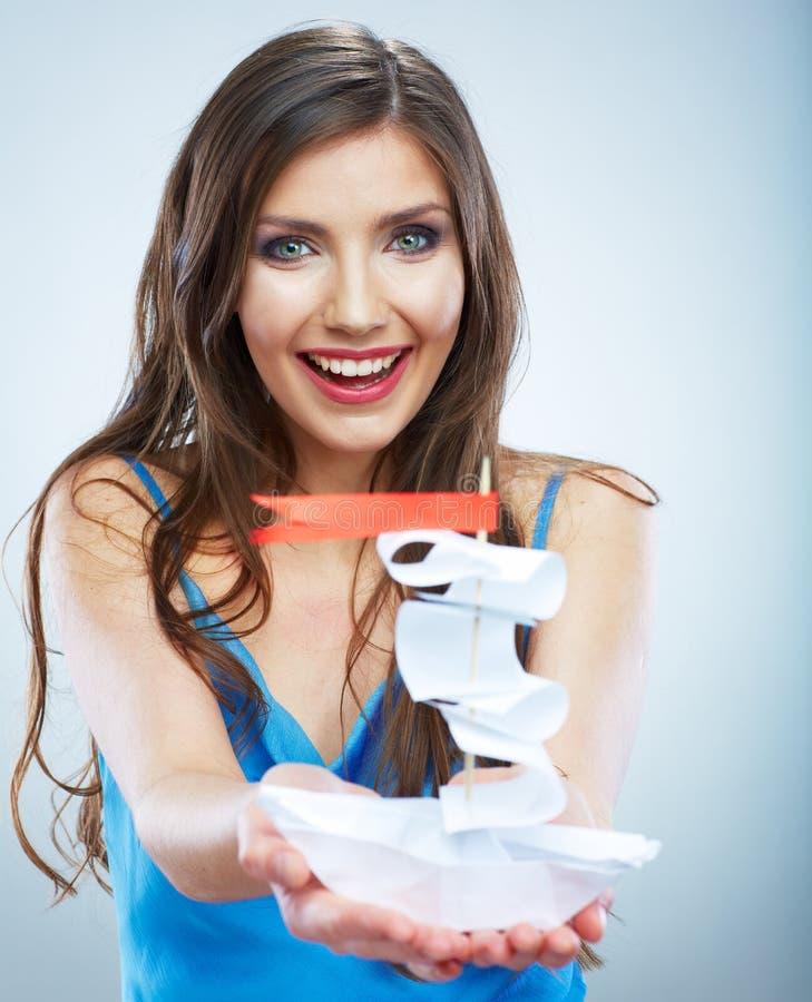 Ung kvinna i blått skepp för vitbok för håll för aftonklänning. royaltyfria bilder