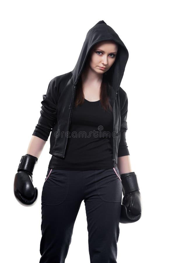 Ung kvinna i boxninghandskar på en vit bakgrund royaltyfri bild