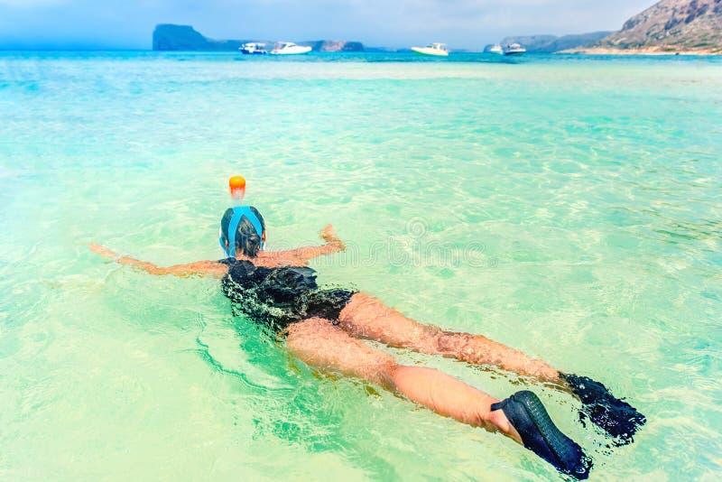 Ung kvinna i bröllopsresa med att snorkla maskeringsdyken som är undervattens- med tropiska fiskar i pöl för hav för korallrev royaltyfria foton