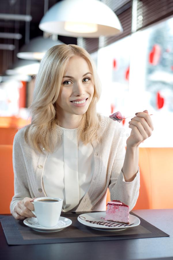 Ung kvinna i cafe arkivfoton