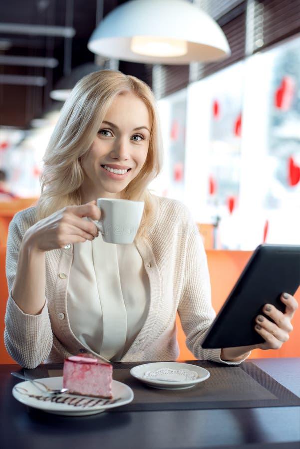 Ung kvinna i cafe royaltyfri foto