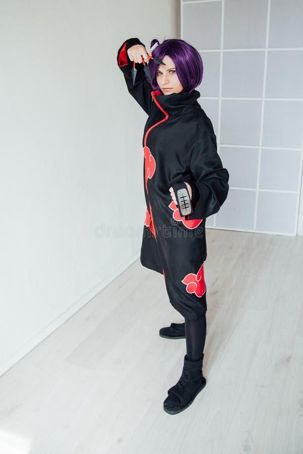 Ung kvinna i cosplay japansk anime, h?llande samurajsv?rd arkivbilder