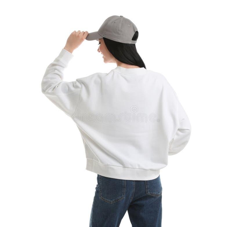 Ung kvinna i den isolerade tröjan ?tl?je upp f?r design royaltyfria foton