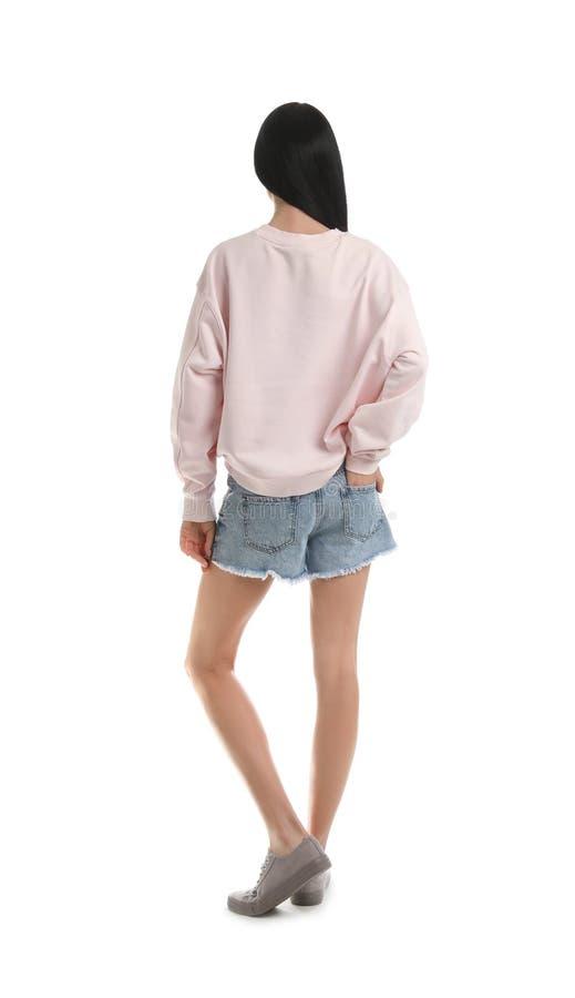 Ung kvinna i den isolerade tröjan ?tl?je upp f?r design royaltyfria bilder