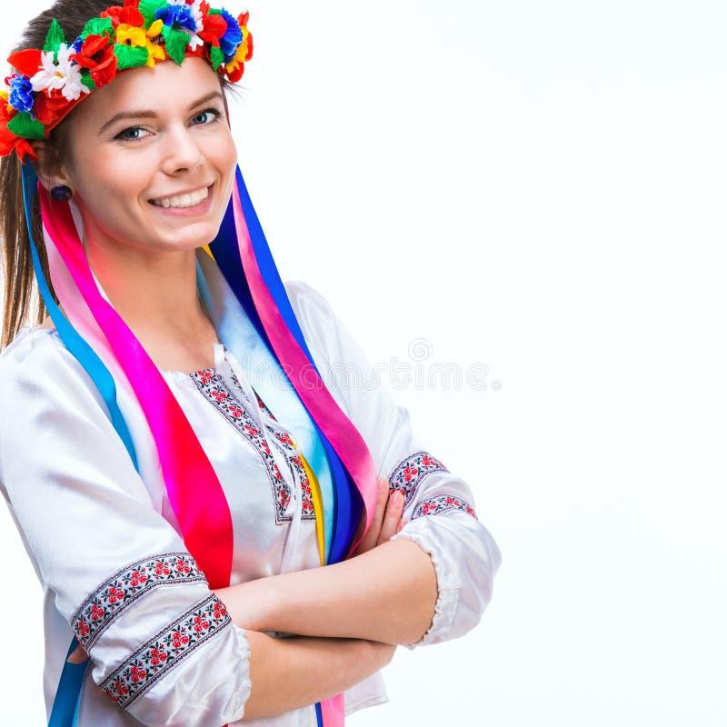 Ung kvinna i den nationella ukrainska dräkten royaltyfri foto