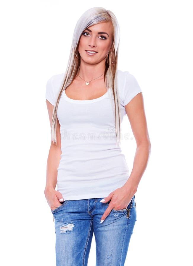 Ung kvinna i den vita T-tröja royaltyfria bilder