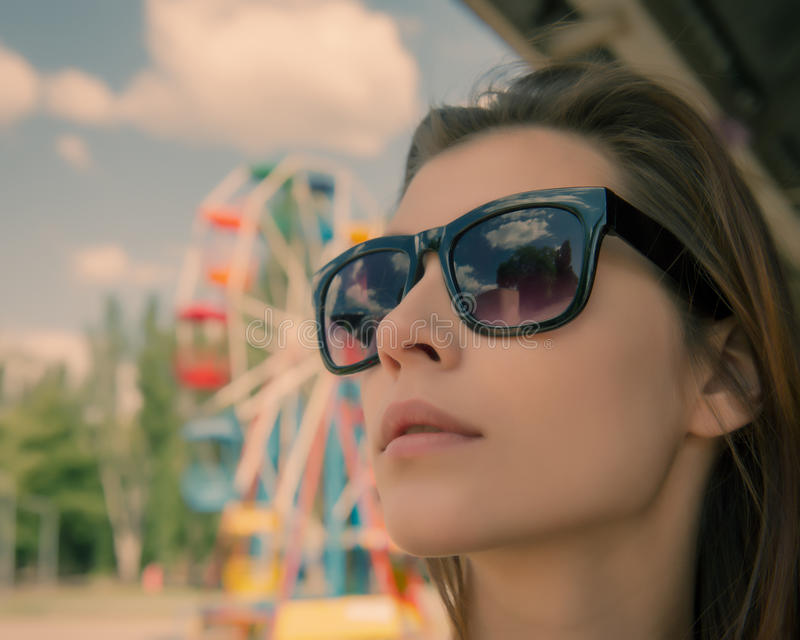 Ung kvinna i det bärande glasögon för sol royaltyfri foto
