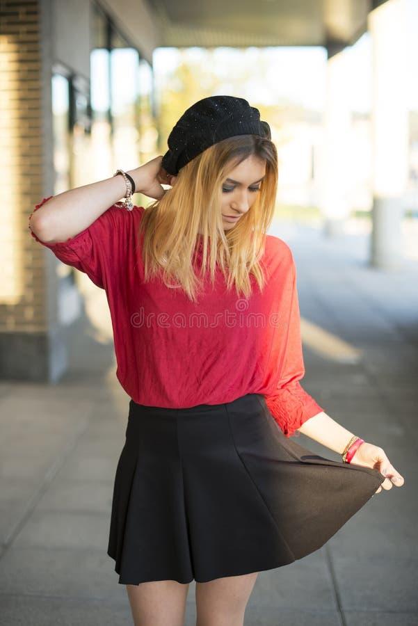 Ung kvinna i en hatt på gatan royaltyfri fotografi
