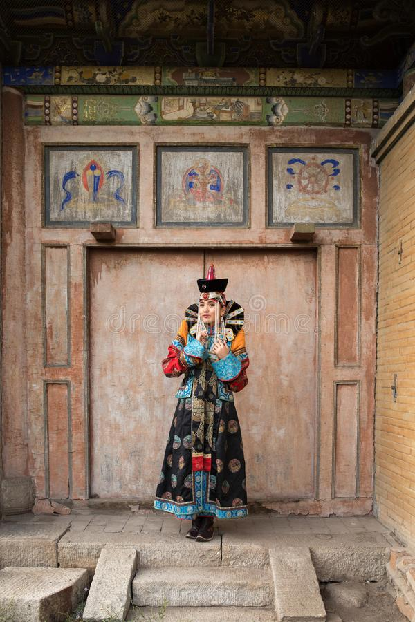 Ung kvinna i en traditionell mongolisk dräkt fotografering för bildbyråer