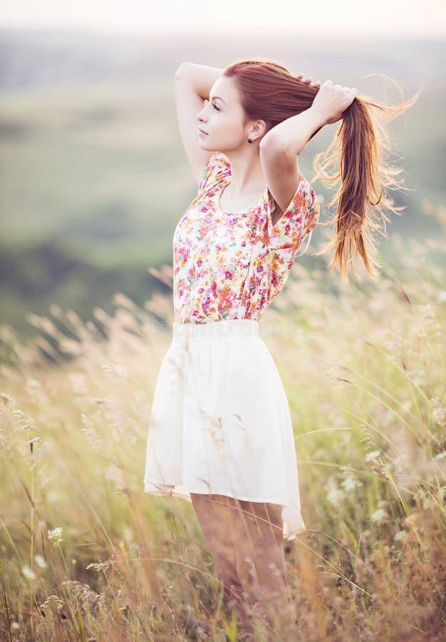 Ung kvinna i ett fält fotografering för bildbyråer