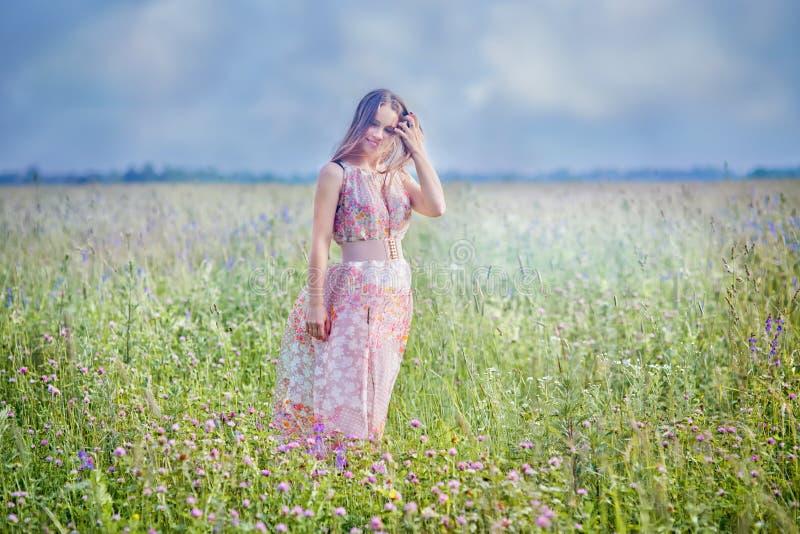 Ung kvinna i ett fält royaltyfri fotografi