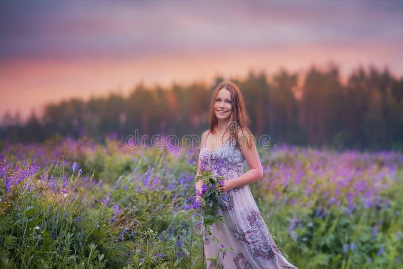 Ung kvinna i ett fält royaltyfri bild